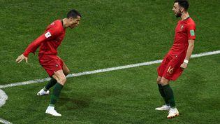 Emmené par Cristiano Ronaldo (gauche) et Bruno Fernandes (droite), le Portugal va tenter de conserver son titre de champion d'Europe. (JONATHAN NACKSTRAND / AFP)