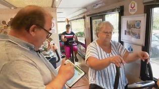 Dans le Lot, un bus transformé en salle de sport va de village en village pour inciter les seniors à garder la forme. (CAPTURE ECRAN FRANCE 2)