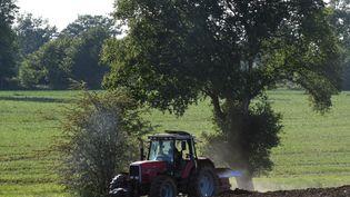 Un agriculteur laboure un champ près de Laval (Mayenne), le 7 mai 2020. (JEAN-FRANCOIS MONIER / AFP)