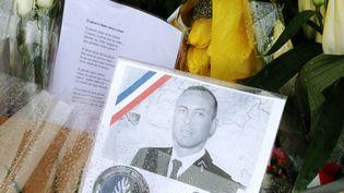 Les fleurs déposées en homme à Arnaud Beltrame devant la gendarmerie de Carcassonne (Aude), dimanche 25 mars 2018. (MAXPPP)