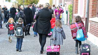 Des enfants sortent de l'école primaire, à Boves (Somme), le 4 novembre 2013. (FRED HASLIN / MAXPPP)