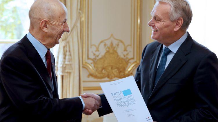 Louis Gallois (à g.) remet son rapport sur la compétitivité à Jean-Marc Ayrault, à l'hôtelMatignon (Paris), le 5 novembre 2012. (PHILIPPE WOJAZER / AFP)