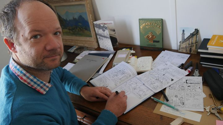 Mathieu Sapin dans son atelier, mars 2017  (Laurence Houot / Culturebox)