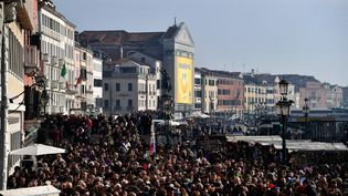 Pendant la période du carnaval, 100 000 visiteurs quotidiens assaillent la lagune. (ALBERTO PIZZOLI / AFP)