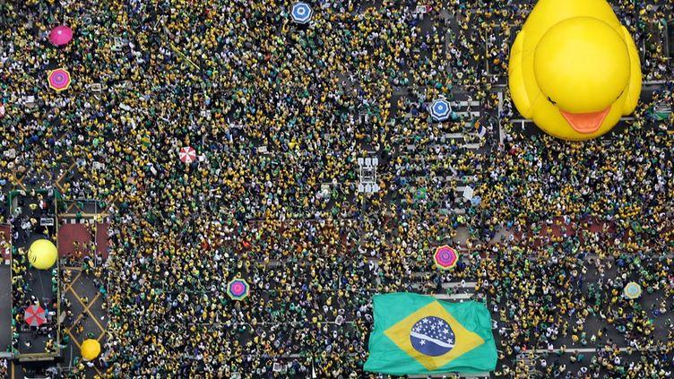 Les marches ont surtout rassemblés des membres de la classe moyenne, exaspérés par des scandales de corruption. «Les Brésiliens plus modestes, la principale base électorale du Parti des travailleurs de Dilma Rousseff, ne se sont guère mobilisés. Mais leur soutien à la présidente brésilienne s'émousse dans un contexte de montée du chômage et de hausse de l'inflation», constate La Tribune. L'objectif de l'opposition était de faire pression sur les députés hésitants qui devront se prononcer pour ou contre le départ de la présidente, réélue démocratiquement en 2014. Géant émergent de 200 millions d'habitants, le Brésil est confrontésimultanément à l'une des pires crises économique et politique de son histoire. Le tout envenimé par le méga-scandale de corruption autour du géant étatique Petrobras qui éclabousse le pouvoir. Le gouvernement PT, aux affaires depuis 2003, semble paralysé au milieu de cette tempête. Il ne parvient pas à faire adopter son programme d'austérité par un parlement devenu rebelle. (REUTERS - Paulo Whitaker - Février 2016)