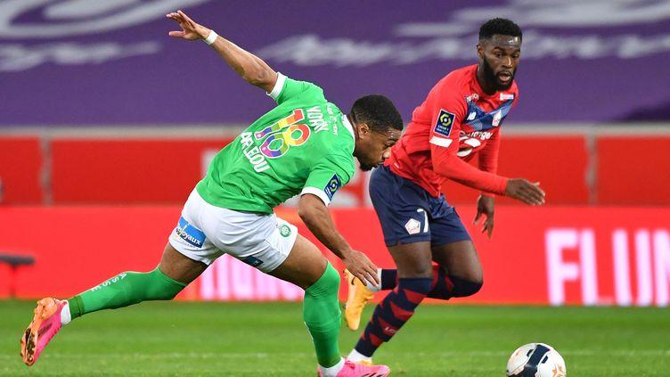 Arnaud Nordin(Saint-Etienne) face à Jonathan Bamba (Lille) lors de la 37e journée de Ligue 1 le 16 mai 2021. (DENIS CHARLET / AFP)