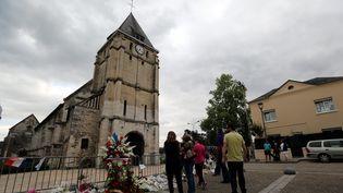 Des hommages installés devant l'église de Saint-Etienne-du-Rouvray (Seine-Maritime), le 28 juillet 2016. (MAXPPP)