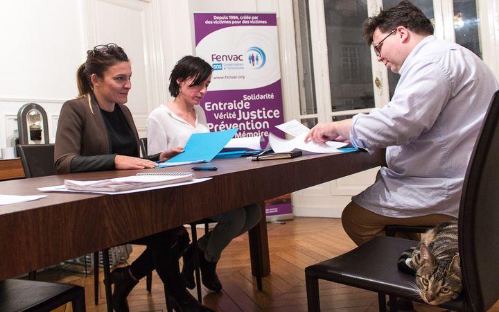 Sophia Seco, Ophélie Toulliou et Stéphane Gicquel dans les bureaux de la Fenvac, à Paris, le 5 janvier 2016. (VIOLAINE JAUSSENT / FRANCETV INFO)