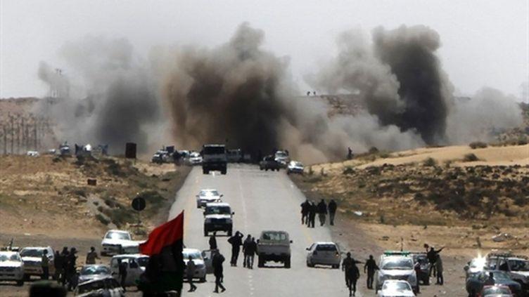 Un déluge de feu s'est abattu sur les rebelles libyens à Brega mardi matin. (AFP - Mahmud Hams)