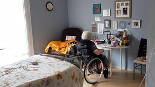 Une résidente de l'EHPAD maison de retraite de Pleumartin dans la Vienne. (GÉRALDINE HALLOT / RADIOFRANCE)