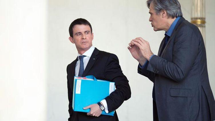 (Discussion Manuel Valls - Stéphane Le Foll à la sortie du Conseil des ministres mercredi © NIVIERE/SIPA)