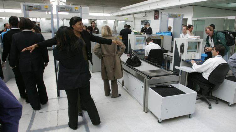 Un contrôle de passagers avant embarquement, activité dans laquelle est spécialisé Neo sécurité,le 20 avril 2006 à l'aéroport de Roissy-Charles-de-Gaulle. (JACK GUEZ / AFP)