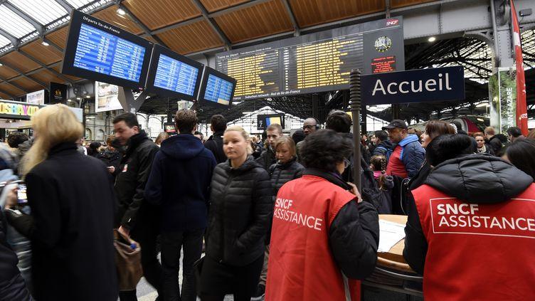 Pendant la grève à la SNCF. (MIGUEL MEDINA / AFP)