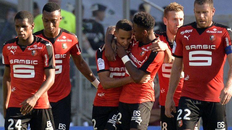 Medhi Zeffane (au centre) et Rennes, victorieux à Lyon (1-2). (JEAN-PHILIPPE KSIAZEK / AFP)