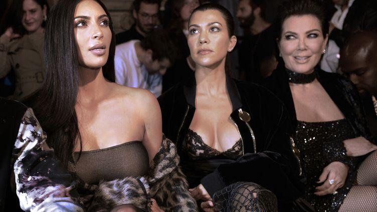 Kim Kardashian (G) assiste à un défilé de mode,le 29 septembre 2016 à Paris. (ALAIN JOCARD / AFP)