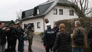 Les enquêteurs effectuent une perquisition au domicile d'Andreas Lubitz, le copilote de Germanwings responsable du crash d'un A320 dans les Alpes, à Montabaur (Allemagne), le 26 mars 2015. (SHEN ZHENGNING / NURPHOTO / AFP)