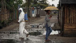 Un homme désinfecte les rues de Toamasina, lagrande ville portuaire de l'Est de Madagascar, le 4 juin 2020.  (RIJASOLO / AFP)