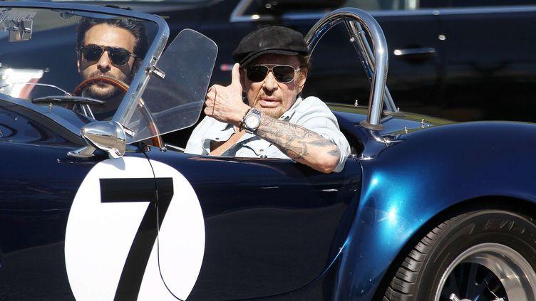 Johnny Hallyday au volant de sa voiture à Malibu, avec Yodelice (9 mars 2017)  (Broadimages / REX / Shutterstock)