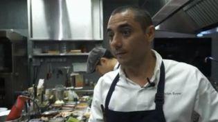 """Julien Royer, un Auvergnat de 37 ans est à la tête d'un des meilleurs restaurants de Singapour. Avec trois étoiles, """"Odette"""" est devenu un lieu de restauration de référence. Retour sur ce chef et cette aventure hors du commun. (france 2)"""