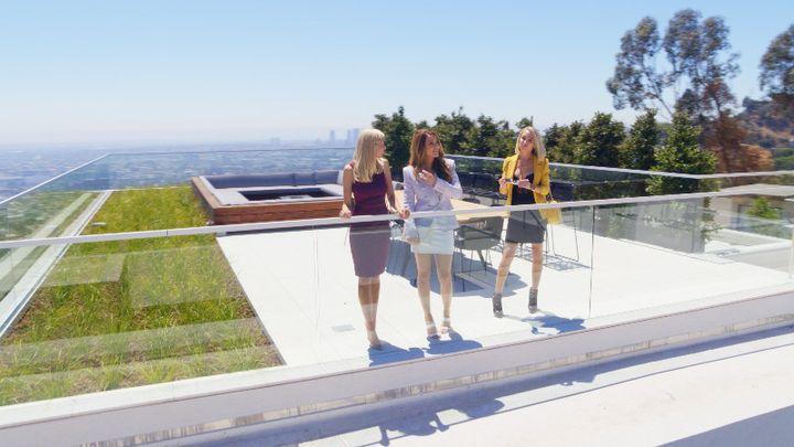 Heather, Chrishell et Mary visitent le toit terrasse d'une maison de quatre étages et 1840 m2 qui surplombe Los Angeles. (NETFLIX)