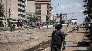Un policier dans les rues de Conakry (Guinée), le 23 octobre 2020. (JOHN WESSELS / AFP)