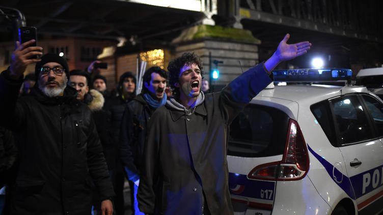 Des manifestants font face aux forces de l'ordre, le 7 janvier 2020, devant le théâtre des Bouffes du Nord. (LUCAS BARIOULET / AFP)