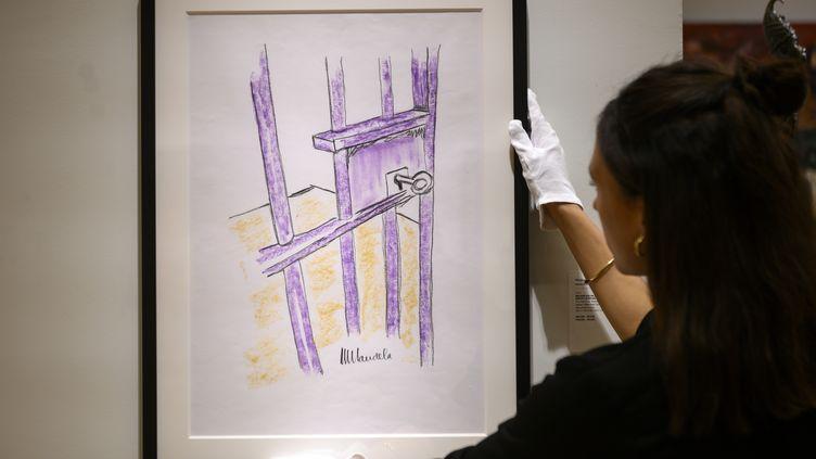 """Le tableau de Nelson Mandela, """"The Cell Door, Robben Island"""", à New York le 26 avril 2019 (JOHANNES EISELE / AFP)"""