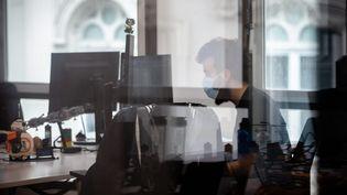 Un employé devant son ordinateur (illustration, le 5 juin 2020). (AURELIEN MORISSARD / MAXPPP)