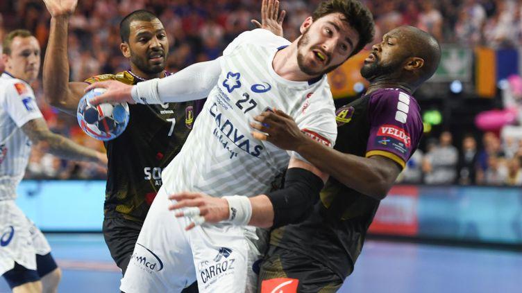 Le Montpelliérain Ludovic Fabregas à la lutte lors de la finale de la Ligue des champions face à Nantes, le 27 mai 2018 à Cologne. (PATRIK STOLLARZ / AFP)