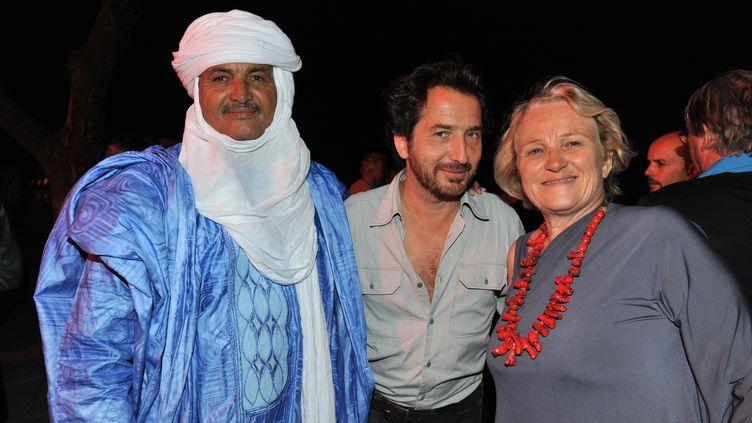 """(Christelle Pernet aux côtés de Mohamed Iwa et Edouard Baer lors d'une vente aux enchères pour l'association """"Les puits du désert"""" © Maxppp)"""