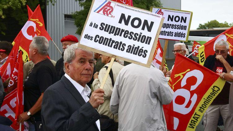 Des manifestants contre la baisse des contrats aidés, avant l'arrivée de la ministre du Travail, Muriel Pénicaud, au CFA d'Albi (Tarn), le 4 septembre 2017. (FRANCK LODI / SIPA)