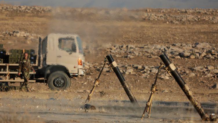 Des peshmergas, descombattants kurdes, sont stationnés aux abords de Mossoul, dans le nord de l'Irak, avant l'offensive contre l'Etat islamique, le 17 octobre 2016. (YUNUS KELES / ANADOLU AGENCY / AFP)