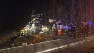 La collision s'est produite entre un train et un bus scolaire, jeudi 14 décembre 2017, sur un passage niveau situé entre Millas et Saint-Feliu-d'Amont (Pyrénées-Orientales). (MAXPPP)