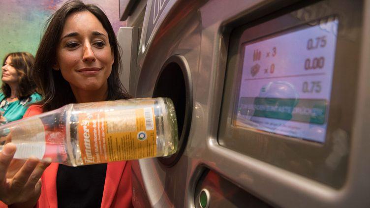 La secrétaire d'État à la Transition écologique, Brune Poisron, teste un système de consigne de bouteilles à Strasbourg (Bas-Rhin), le 21 juin 2019. (MAXPPP)