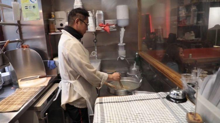 À cause des préjugés liés au coronavirus 2019-nCoV, les clients désertent les restaurants asiatiques en France, au grand dam des restaurateurs. (FRANCEINFO)