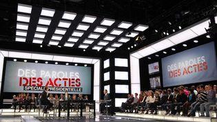 """Le plateau de """"Des paroles et des actes"""", le 12 avril 2012. (THOMAS SAMSON / POOL)"""