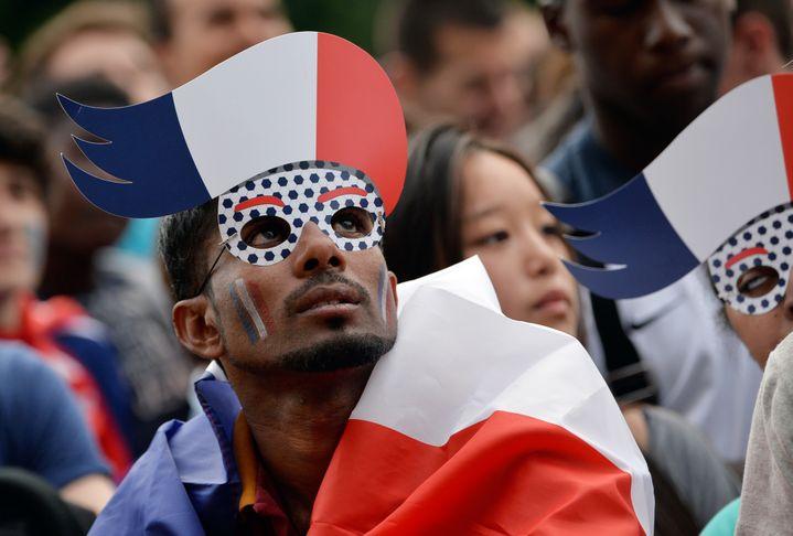 Un supporter français devant l'écran géant de l'hôtel de ville de Paris, lors du quart de finale de la Coupe du monde France-Allemagne, le 4 juillet 2014. (MIGUEL MEDINA / AFP)