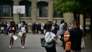 La cour du lycée Jean de la Fontaine, dans le 16e arrondissement de Paris, lors de la présentationdes résultats du Baccalauréat, le 7 juillet 2020. (MARTIN BUREAU / AFP)