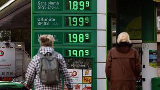 Les prix des carburants à la pompe affichés devant une station service à Paris le 2 octobre 2021. (THOMAS COEX / AFP)