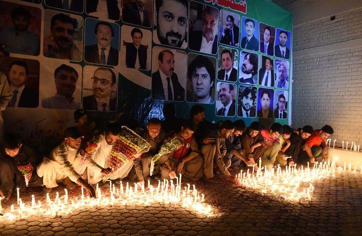 Des habitants de Quetta rendent hommage aux victimes le lendemain de l'explosion, le mardi 9 août 2016. (BANARAS KHAN / AFP)