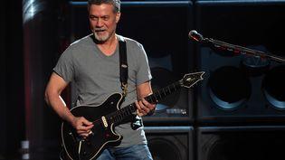 Eddie Van Halen, le guitariste et fondateur du groupe de rock Van Halen, sur scène lors des Billboard Music Awards à Las Vegas (Nevada), le 17 mai 2015. (ETHAN MILLER / GETTY IMAGES NORTH AMERICA)