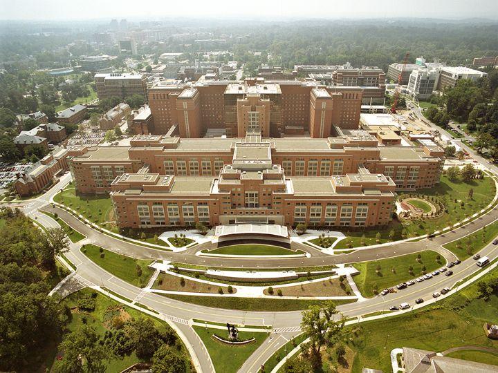 Vue aérienne du bâtiment principal des Instituts américains de la santé, à Bethesda (Maryland), le 1er janvier 2008. (NIH / WIKIMEDIA)