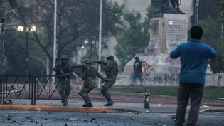 Des policiers anti-émeute interviennent lors des manifestations à Santiago (Chili), samedi 19 octobre 2019. (IVAN ALVARADO / REUTERS)