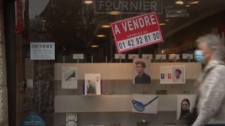 """Une boutique affublée d'une pancarte """"à vendre"""" à Annecy (FRANCE 3)"""
