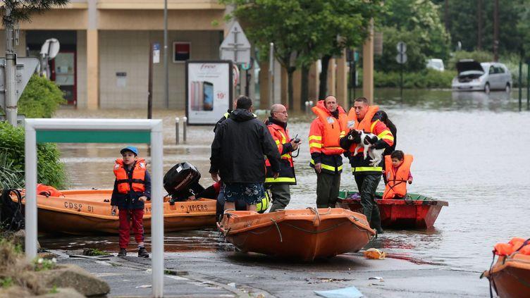 Des pompiers évacuent des habitants à Longjumeau (Essonne), le 2 juin 2016. (MAXPPP)