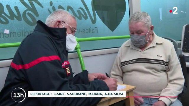 Covid-19 : un bus sillonne les communes rurales pour vacciner les seniors