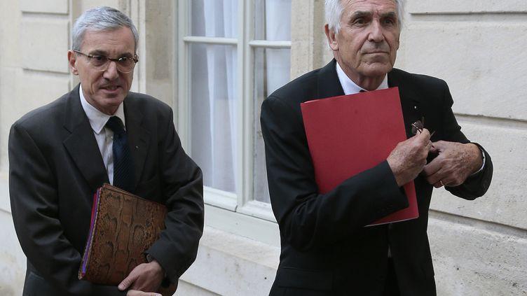 Stephane Mantion (à gauche) en compagnie deJean-Jacques Eledjam, président de la Croix-Rouge, le 9 septembre 2013, devant l'Elysée à Paris. (JACQUES DEMARTHON / AFP)