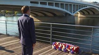 Emmanuel Macron a déposé une gerbe de fleurs au pont de Bezonsà Colombes (Hauts de Seine), le 16 octobre 2021. (FRANCEINFO / FRANCE TÉLÉVISION)