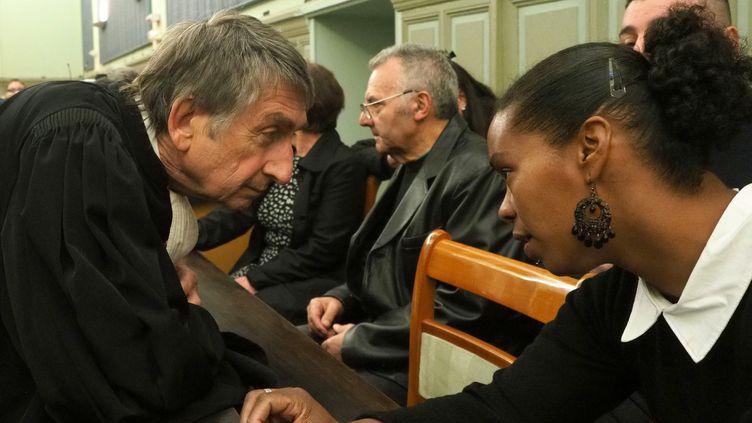 """Me Etienne Nicolau (à gauche) discute avec une des victimes de Jacques Rançon pendant le procès du""""tueur de la gare de Perpignan"""", à Perpignan (Pyrénées-Orientales), le 26 mars 2018. (RAYMOND ROIG / AFP)"""