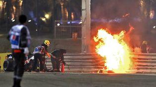 Un incendie après l'accident de Romain Grosjean sur le Grand Prix deBahreïn, le 29 novembre 2020. (TOLGA BOZOGLU / POOL / AFP)